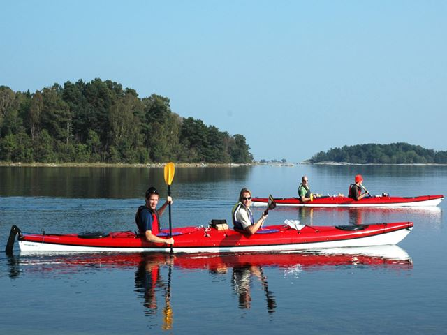 Kayaking in the Roslagen archipelago including a picnic basket, with Kajak & Uteliv