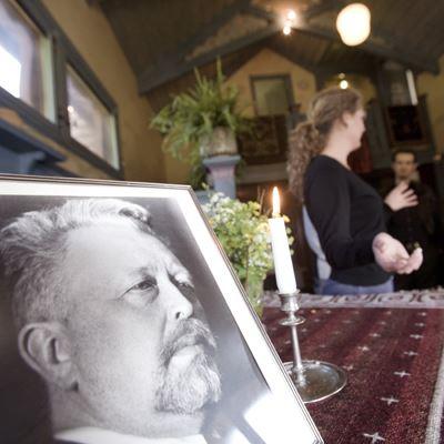 Foto: Tina Stafrén,  © Copy: Tina Stafrén , Bilden visar ett inramat foto föreställande Wilhelm Peterson-Berger i vardagsrummet på Sommarhagen.
