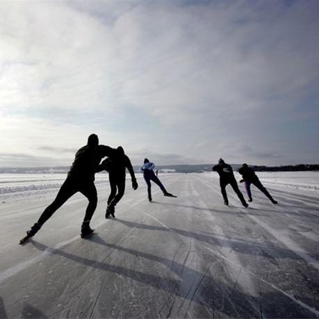 Foto: Denny Calvo,  © Copy: Visit Östersund, Fem personer åker långfärdsskridskor på Storsjöns is