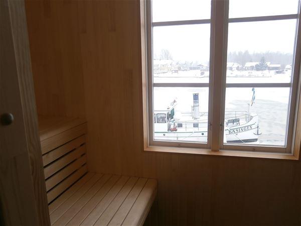 Utsikt genom fönster mot älgen med ångbåt.