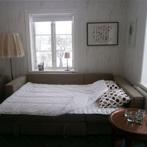 Sovrum med två fönster.