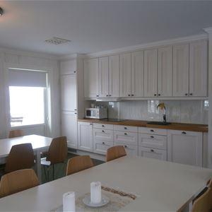 Köksavdelning med matbord.