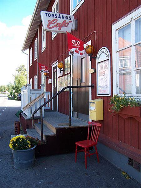 Entré med trapp in till Torsångs café.