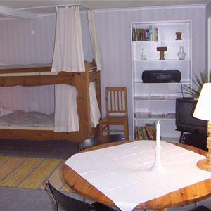 Sovrumsdel av suterränglägenheten med våningssäng.