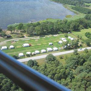 översikts bild på Gissleviks camping med mycket natur i omgivningen