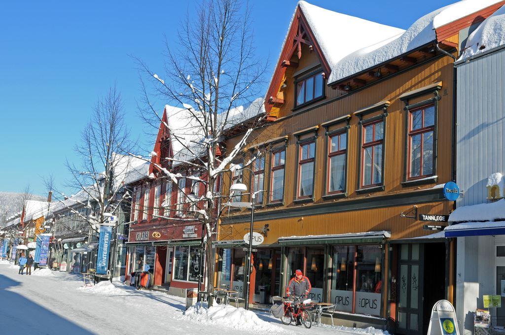 Esben Haakenstad,  © Lillehammer sentrum drift, Flotte trehus i Storgata gjør den spesiell.