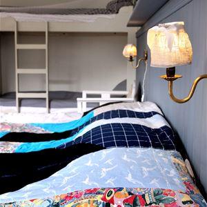 Skolvaktmästarens rum ligger en trappa upp och delar det stora badrummet med Materielrummet.