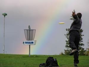 Spela frisbeegolf