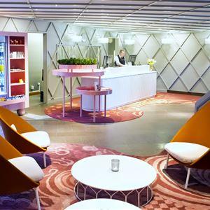 Receptionen med loungegrupp i förgrunden.