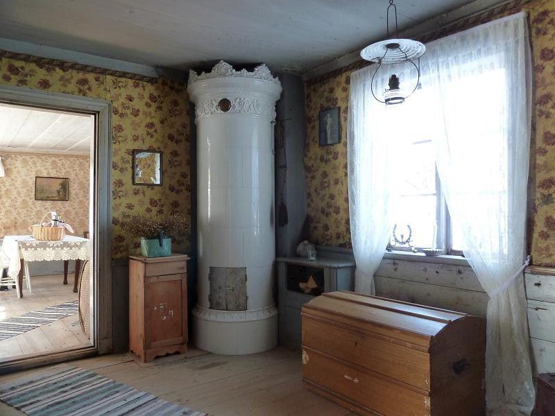 Interiör med gamnla välbehållna tapeter från början av 1900-talet.
