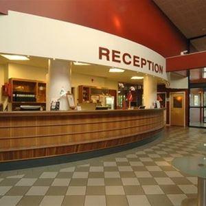 Lobbyn, receptions disken, några runda glasbord.