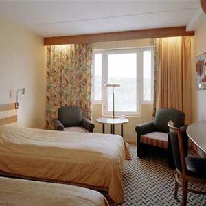 Hotellrum, skrivbord, två fåtöljer.