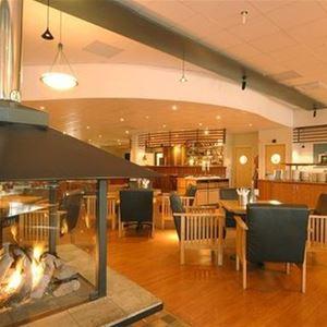 Restaurang, bar och en öppen spis.