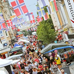 Many visitors on the street Drottninggatan