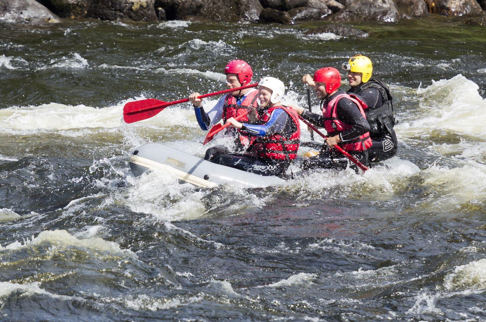 Zwei wilde Rafting-Stromschnellen im Fluss Vindelälven