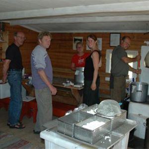 Varje sommar har vi en kurs i osttillverkning. Osten som tillverkas av getmjölk och komjölk blir getostar i olika former och lagrad hårdost. Delikatesser som finns att köpa på sätern.