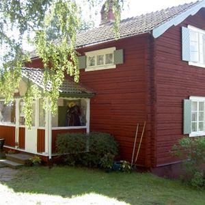 Inger Lundsjö,  © Inger Lundsjö, Faluröd timmerstuga.