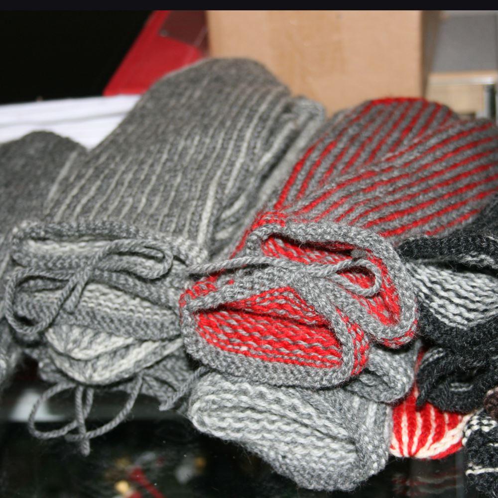 Foto: Jamtli,  © Copy: Jamtli, Stickade vantar  i grått och rött