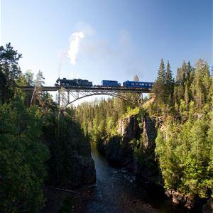 Koala Production, Järnvägsbro med ett tåg över Storstupet.