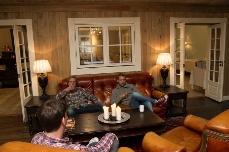 Koselige sofagrupper ved restauranten