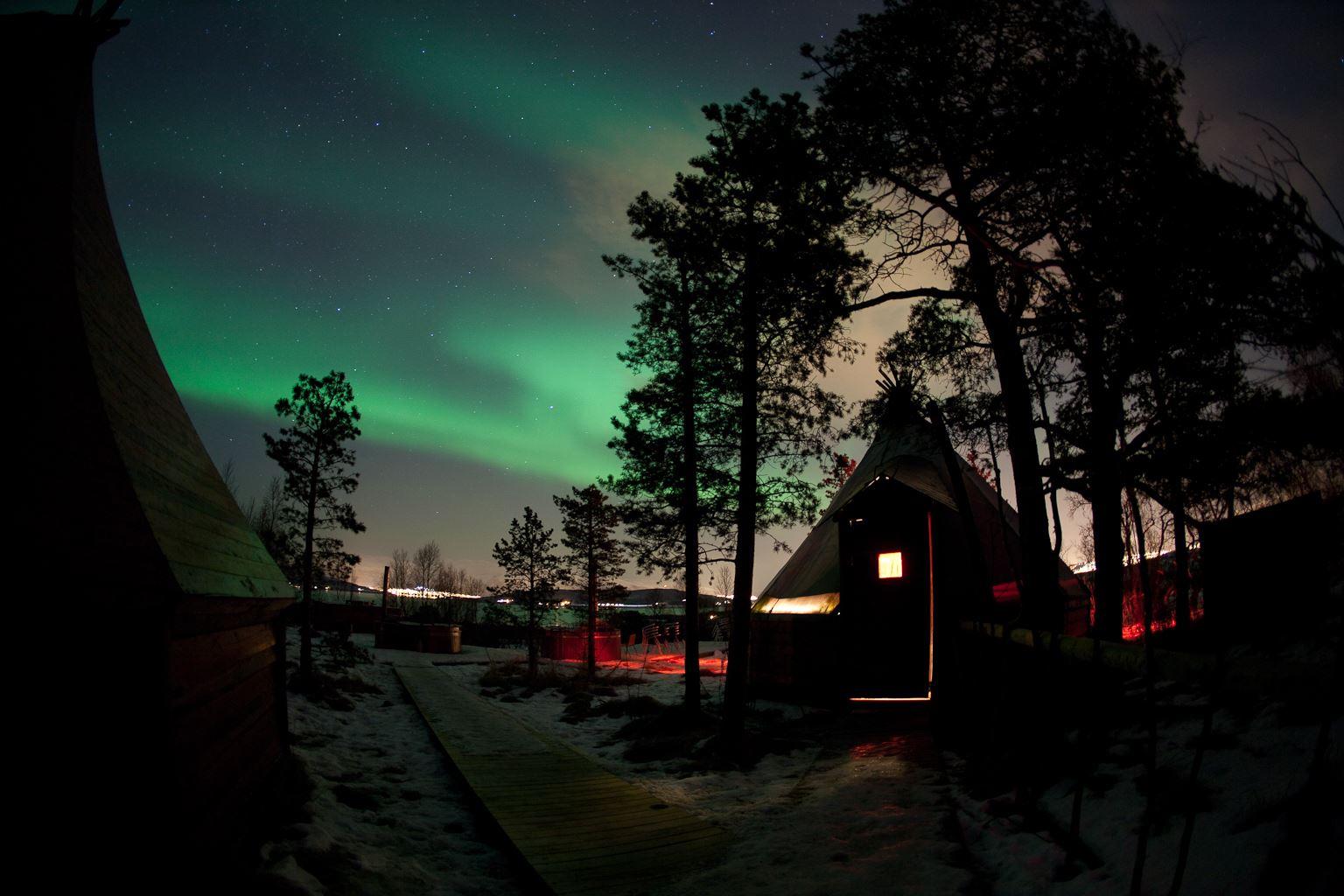 Aurora Snowshoe Trip from Tromsø Villmarkssenter