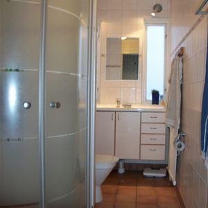 Badrum med duschkabin och wc.
