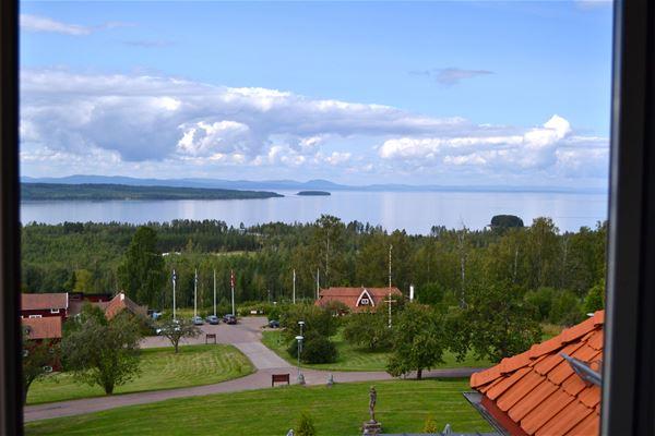 Utsikt över uppfarten till hotellet och Siljan i bakgrunden.