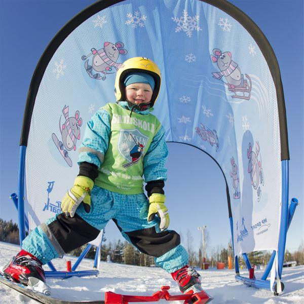 Ett barn i slalombacken.