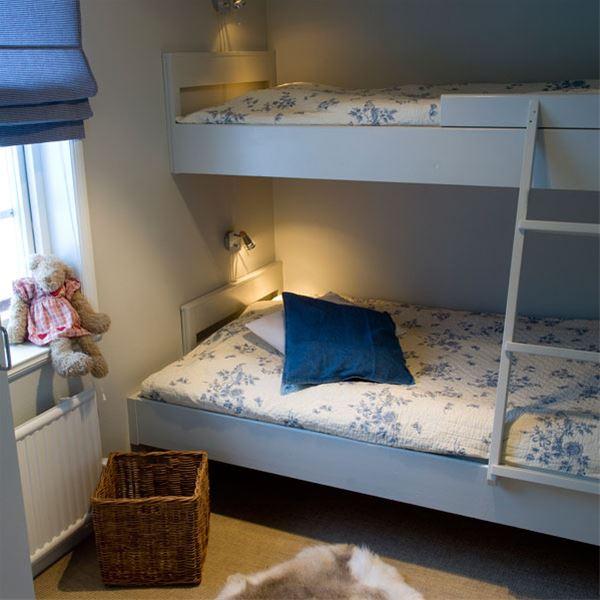Sovrum med våningssäng, bredare underslaf.