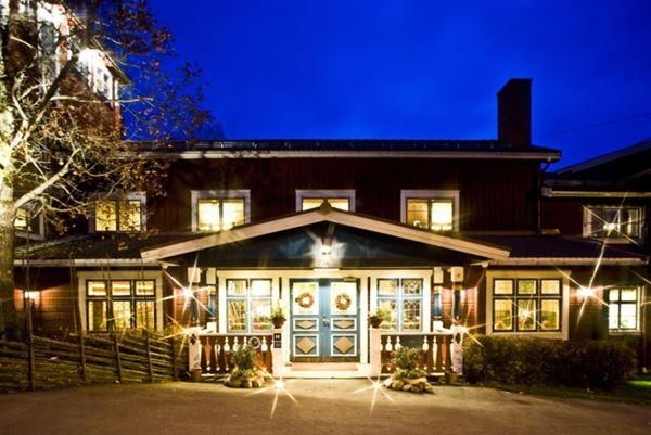 Entren till hotellet. Dala blå dubbeldörrar, massor med fönster.