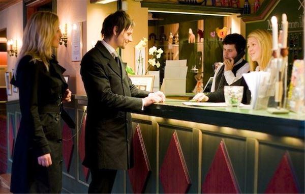 Par som chekar in vid hotellets reception.