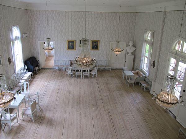 Salongen i Societetshuset med sju meters takhöjd och ett fint gammal trägolv bjuder på en fin inramning för bröllop och fester.