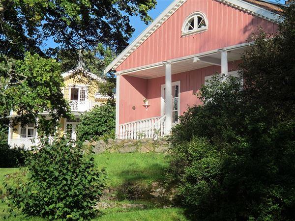 Det finns många sommarhus kring Gustafsberg och Villa Carolina är ett av dem. I bakgrunden syns Villa Novilla.