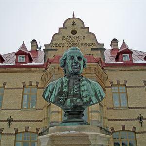 Gustafsberg är inte bara känt som brunnsort och havsbadort. Här startade också uddevallasonen Anders Knape Hansson Sveriges första internatskola på 1700-talet.