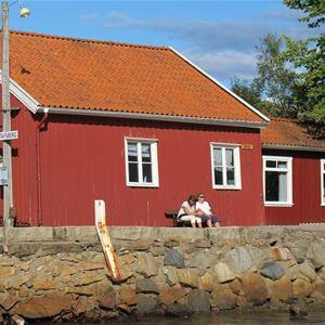 Sjöstugan som ligger granne med Vandrarhemmet är Gustafsbergs gamla kallbadhus och erbjuder ett mycket enkelt, men också billigt, boende.