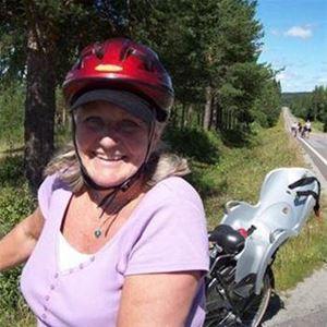 Foto: Ullis Häggkvist, Karin Liljegård cyklar Helgumssjön runt