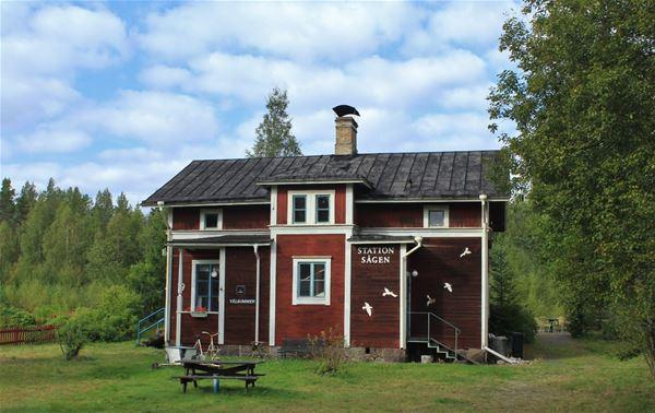 Rödmålat gammalt stationshus.