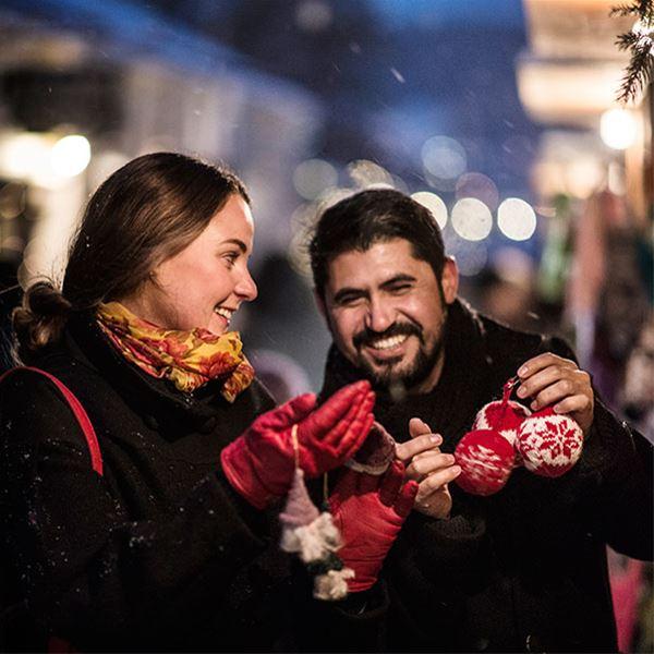 Foto: Sandra Lee Petersson,  © Copy: Visit Östersund, Två personer som tittar på julgranspynt