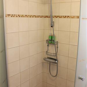 Kakelklädd dusch.