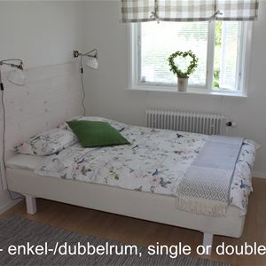 Rum med enkelsäng vid fönstret.