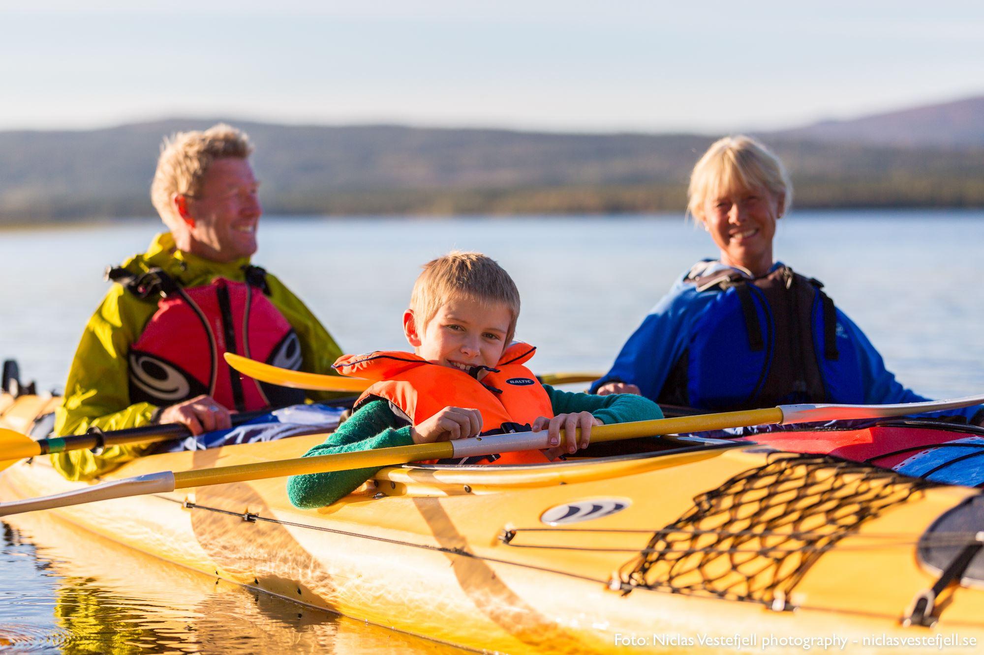 Paddla kajak på vilda, vackra Ottsjön