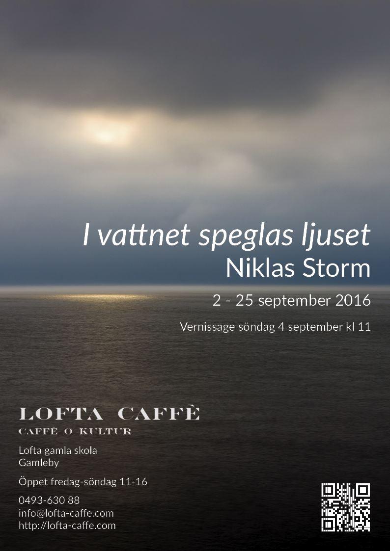 Fotohöst på Lofta Caffé. I vattnet speglas ljuset - Niklas Storm.