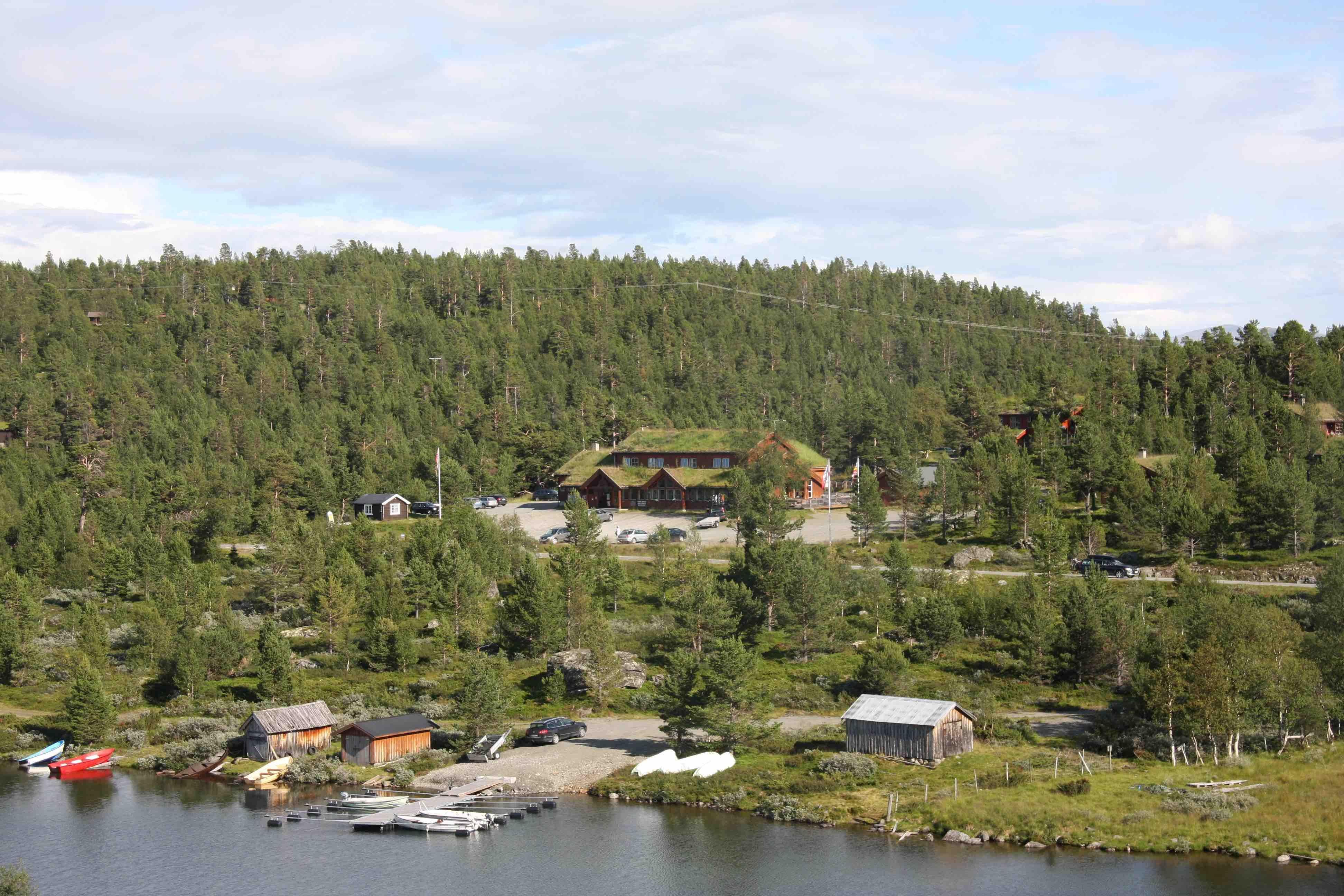Nyt et godt måltid hos Lemonsjø Fjellstue og Hyttegrend
