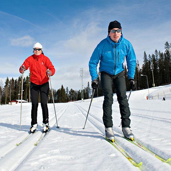 Foto: Östersunds Kommun,  © Copy: Visit Östersund, Två personer som åker längdskidor