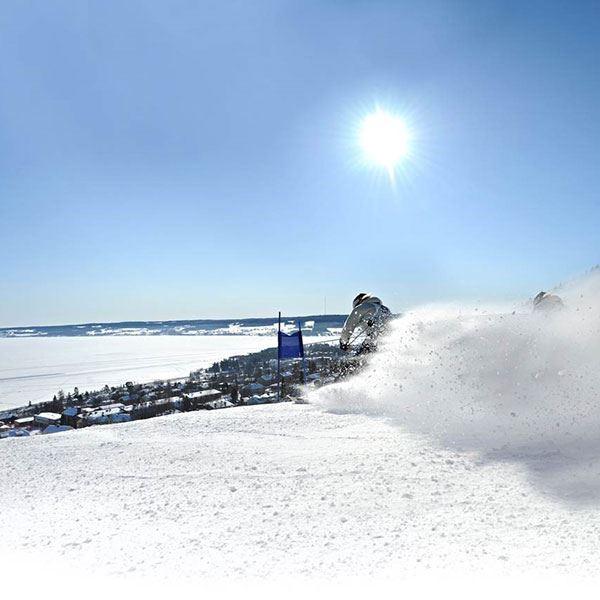 Foto: Nordiska Ungdomsspelen,  © Copy: Visit Östersund, Slalomåkare i backen