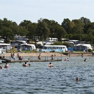 Folk som badar på camping området