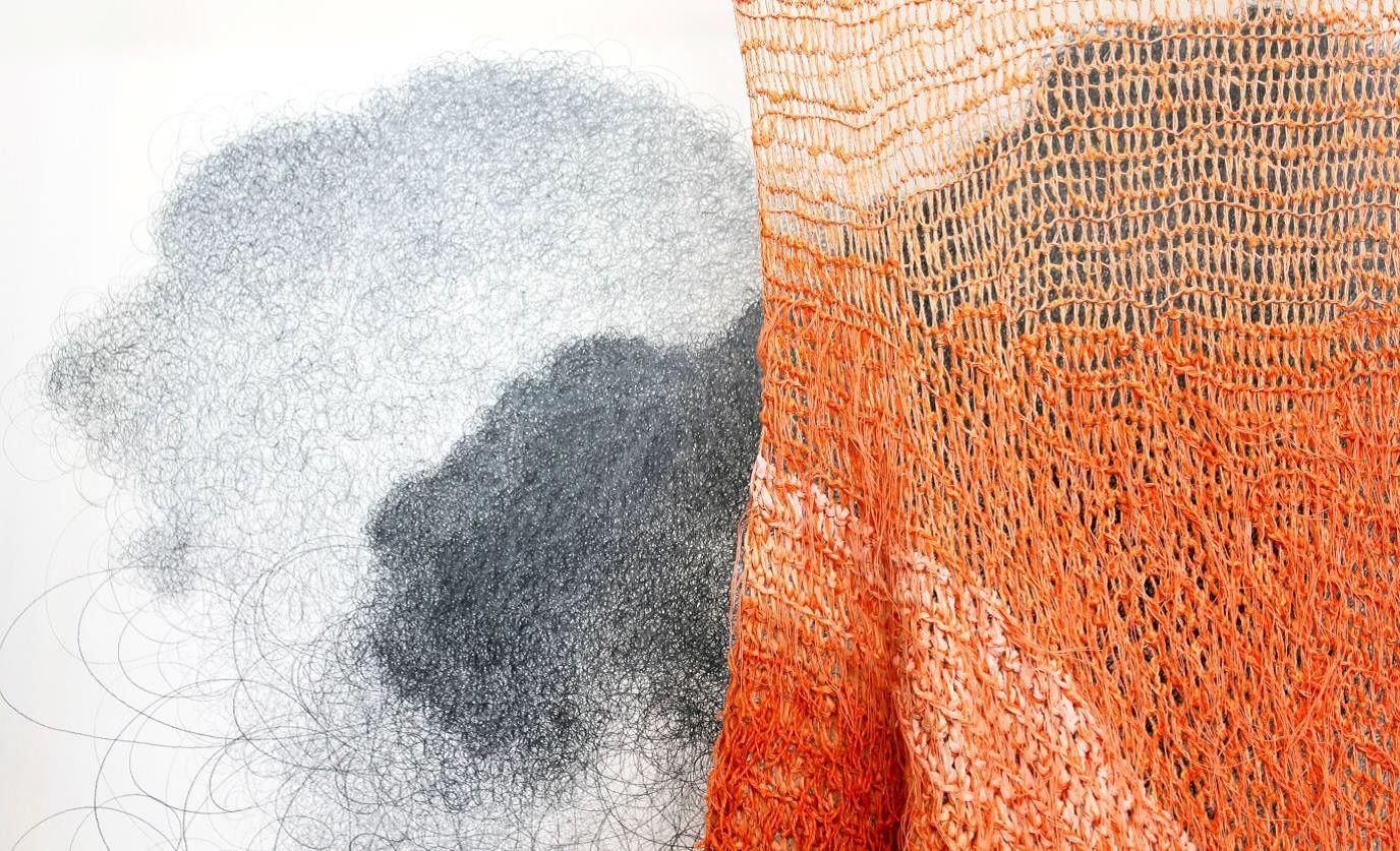 Materialet, tiden och rummet - Textilinstallation och teckning av Hanna Holmgren