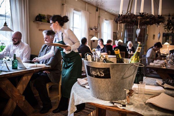 Gäster blir serverade i restaurangen.