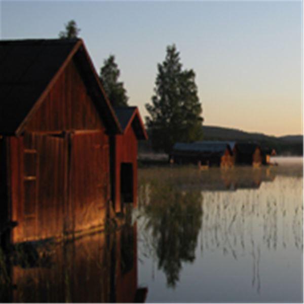 Båthus i solnedgång.