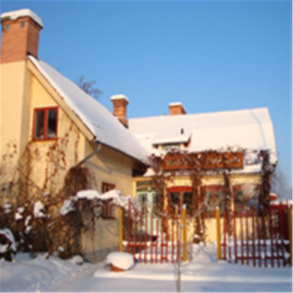 Värdshuset i solen en vinterdag.